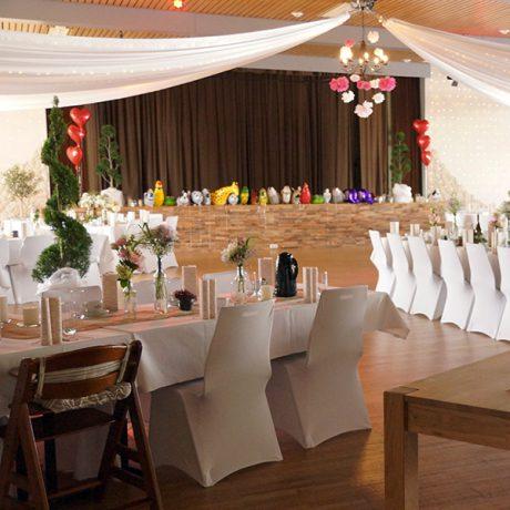 Grosser Saal dekoriert für Hochzeit